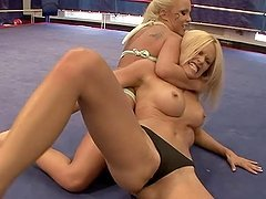 Pretty Wivien vs. Jessica Moore sit on each others faces