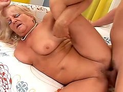 An old woman gets her twat fucked and creampied by a guy